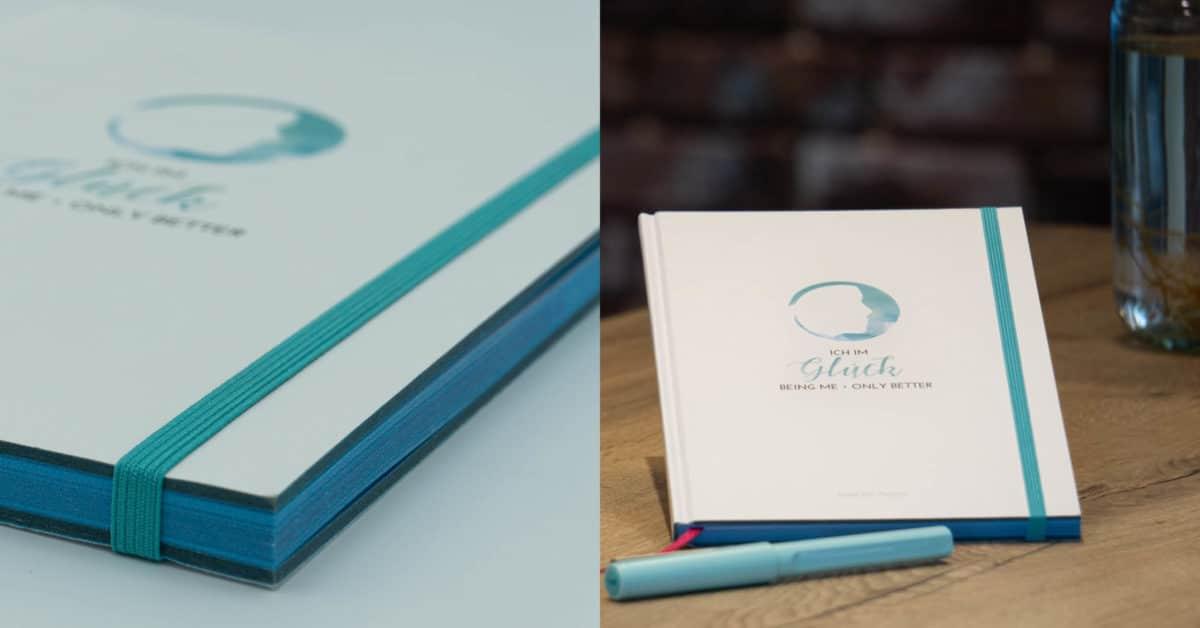 Bild von einem geschlossenen und aufgeschlagenen Buch mit blauem Farbschnitt