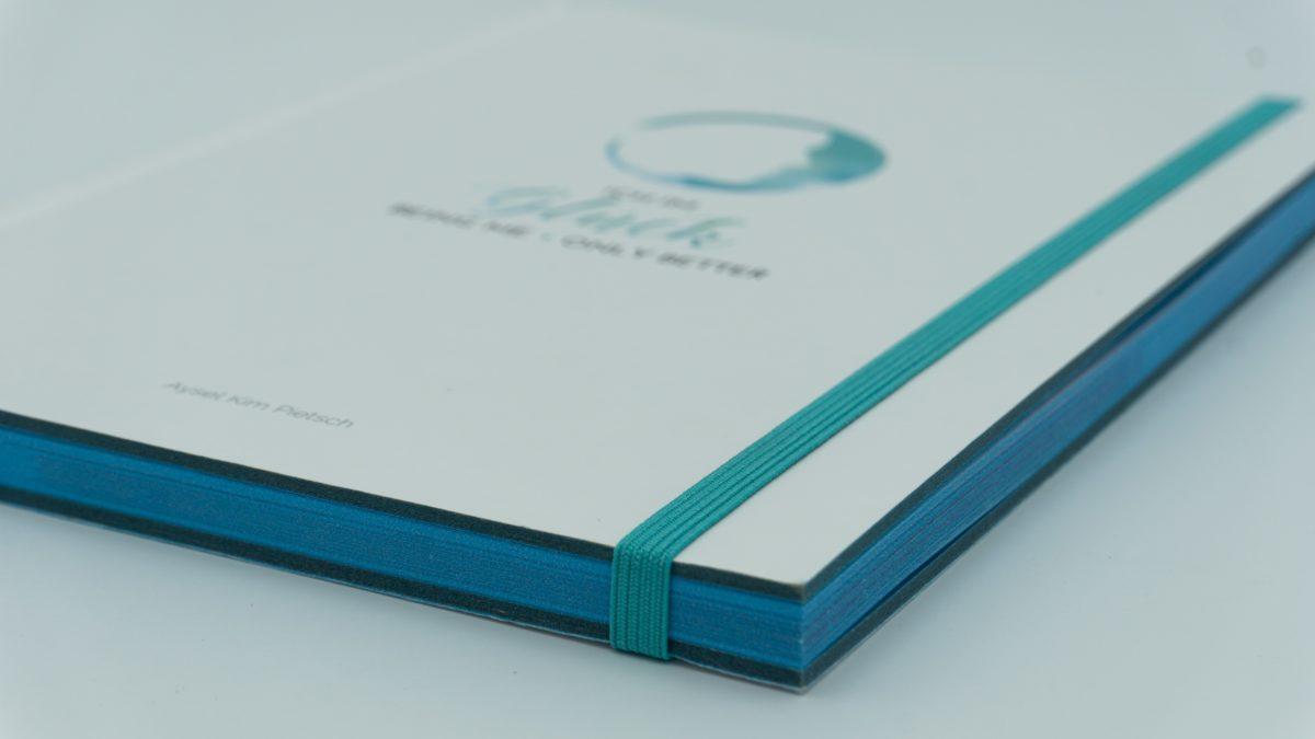 Buch von der Seite fofografiert mit Blick auf die Ecke