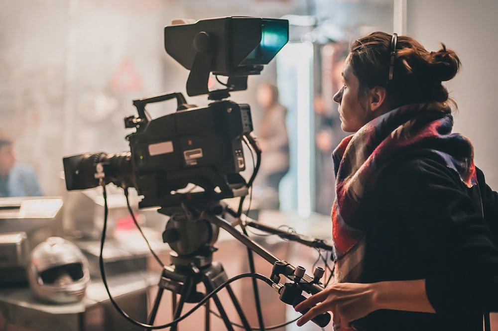 Eine junge Frau beim Filmdreh