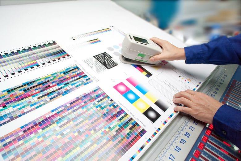 Drucksachen an einer Druckmaschine werden über ein Messinstrument gemessen und ausgewertet