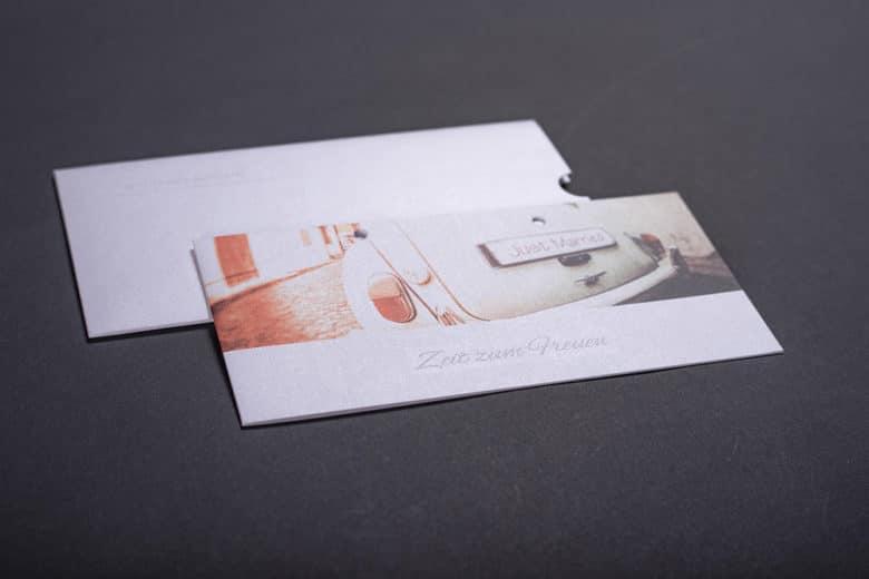 farbig bedruckte und hochwertig veredelte Einladungskarte inkl einem geprägten Schuber