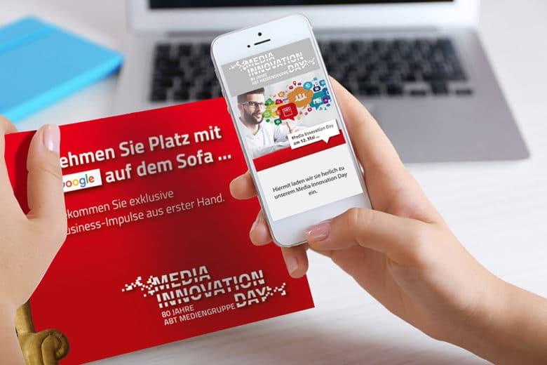 Ein Smartphone wird über eine gedruckte Einladungskarte gehalten und über die nfc Technik eine landingpage automatisch geöffnet