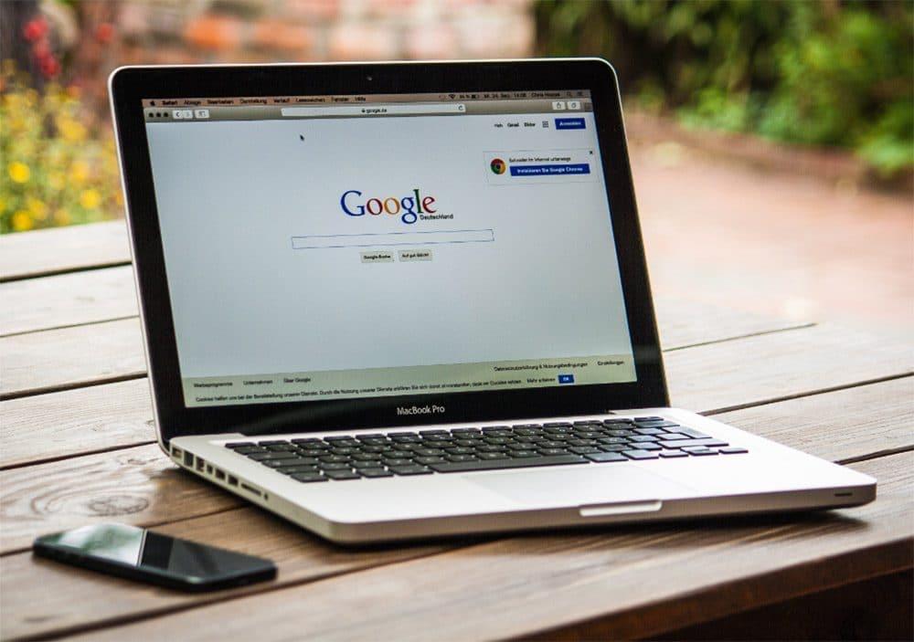 Ein aufgeklappter Laptop bei der die Google Suche offen ist