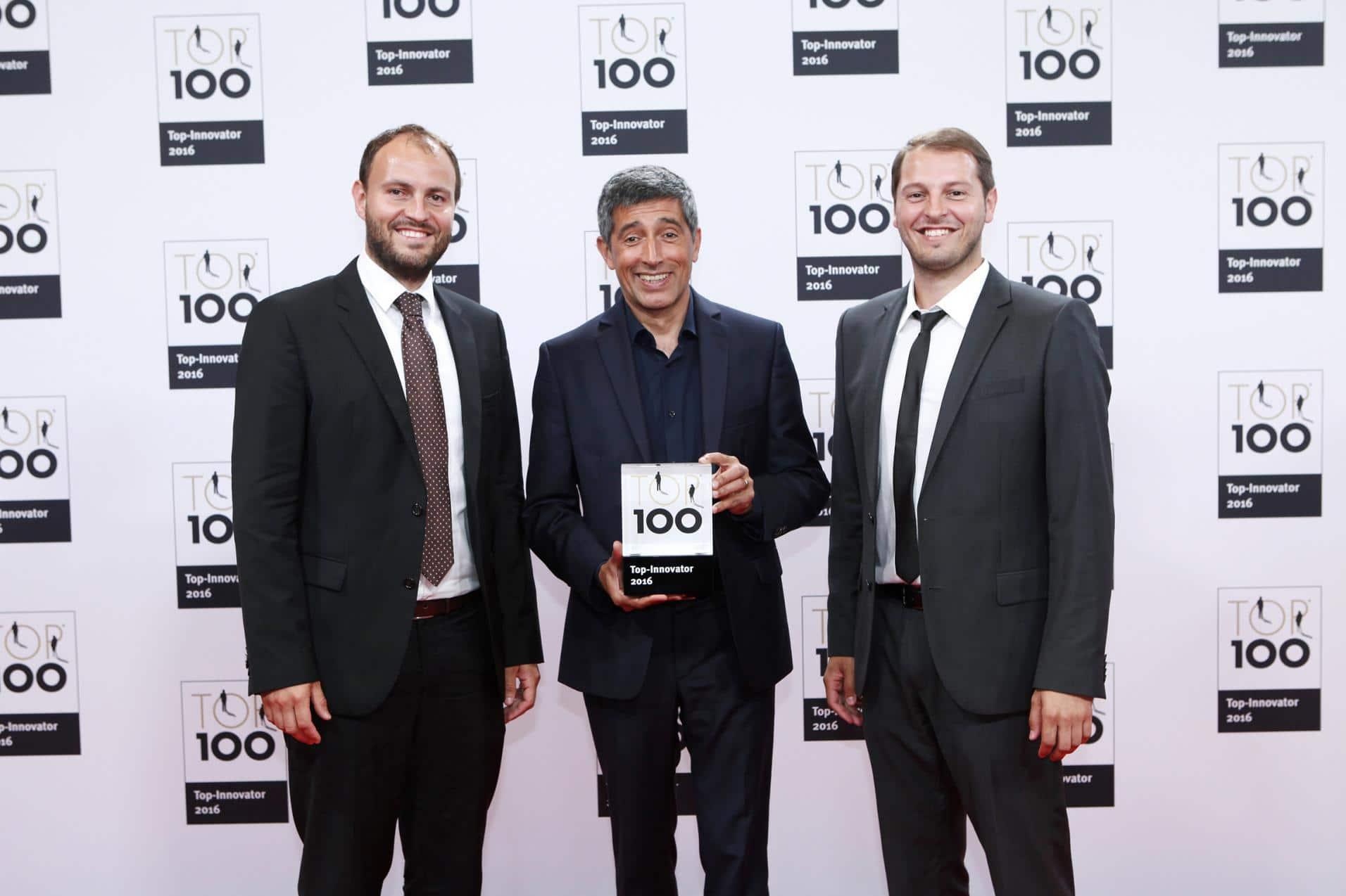 Michael und Matthias Abt bei der Preisverleihung Top 100 Unternehmer 2016. Zwischen ihnen steht Mentor Ranga Yogeshwar.