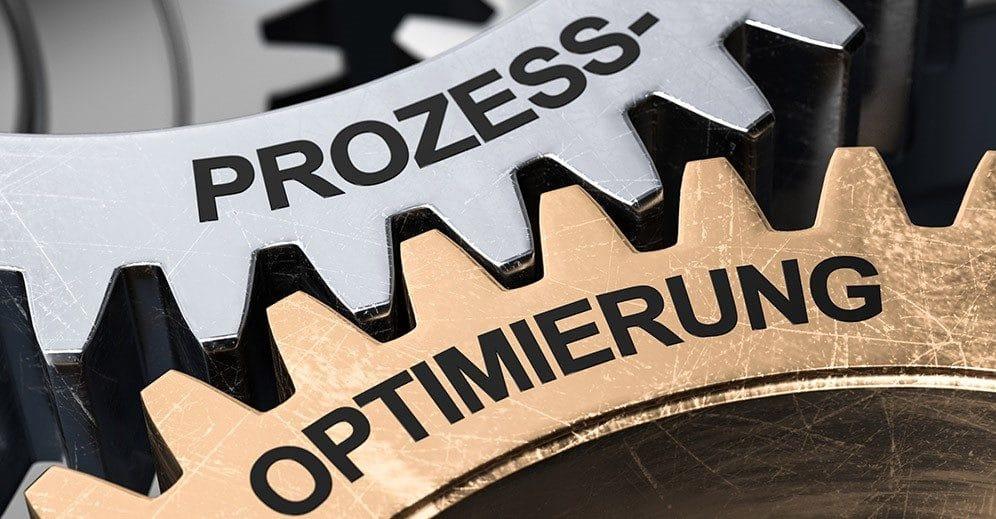 Zwei Zahnräder die ineinander greifen und auf denen das Wort Prozessoptimierung steht.