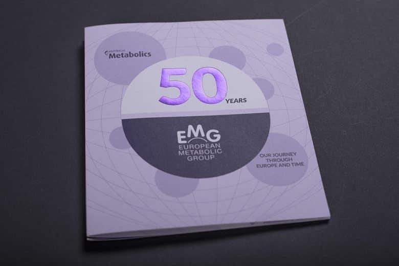 eine Broschüre, deren Titel sehr hochwertig mit einer lilafarbenen Folienprägung veredelt ist