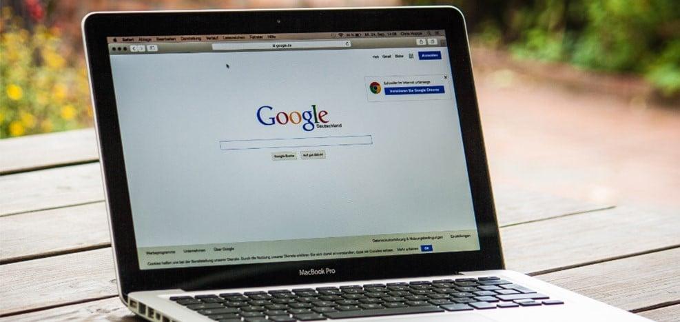 Es ist ein geöffneter Laptop mit zu sehen der die Startseite von Google anzeigt
